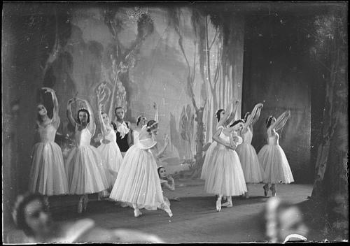 midwinter-tears :     Les sylphides, featuring Marguerite Gontcharova, Galina Razoumova, Anna Volkova, Phyllida Cooper, Therese Moulin and Sonia Orlova