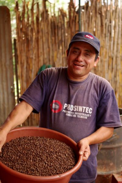Gabriel Minas Roasting Coffee for De la Gente