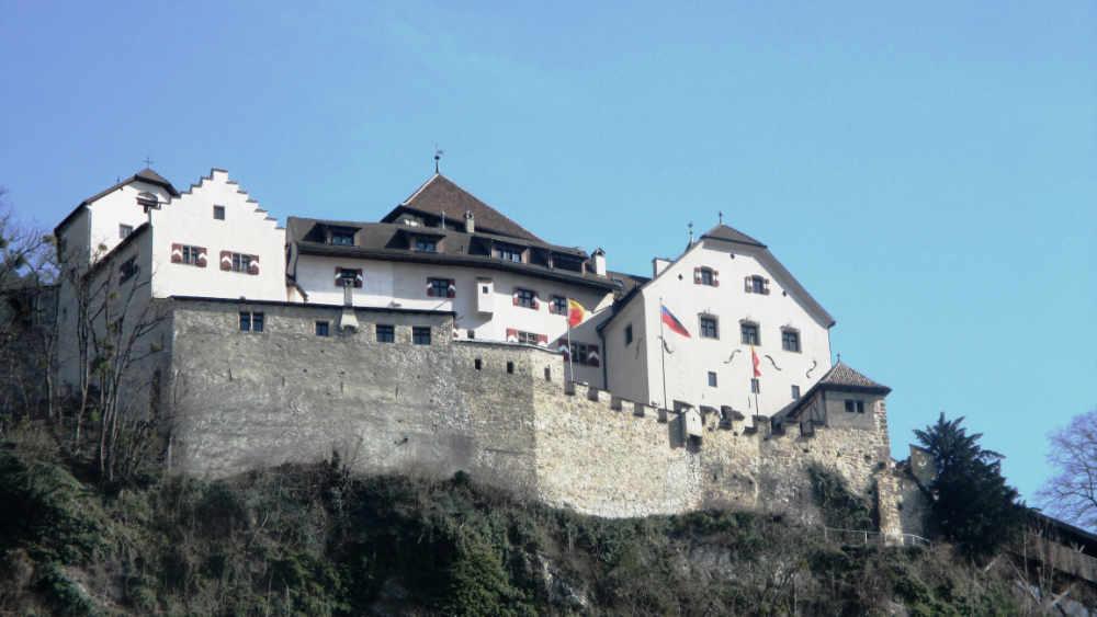 Überblick - Liechtenstein bietet internationalen Geldanlegern Finanzkompetenz, politische Stabilität sowie Rechtssicherheit. Informieren Sie sich hier über die wichtigsten Fakten und Antworten zu diesem Thema:Vorteile dieses Finanzstandorts? Banken in Liechtenstein? Steuerliche Situation als internationaler Anleger?