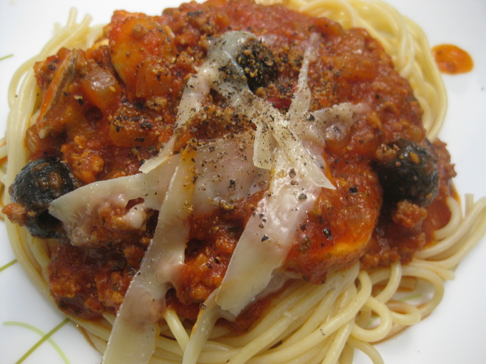 Spaghetti with meat sauce and black olives