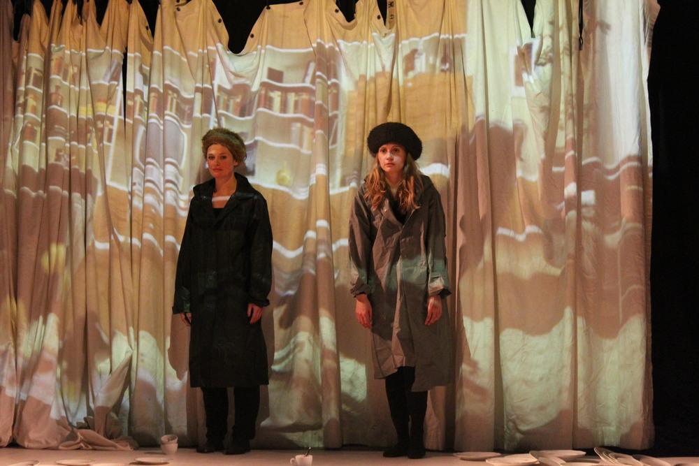 """Ines Schiller und Carolin Millner (wegen Krankheitsausfall von Regina Vogel bei der Kalstart Pro Aufführung in Hamburg) in """"Truthahn und Knochen und Essen und es gefiel uns"""" von Gertrude Stein"""