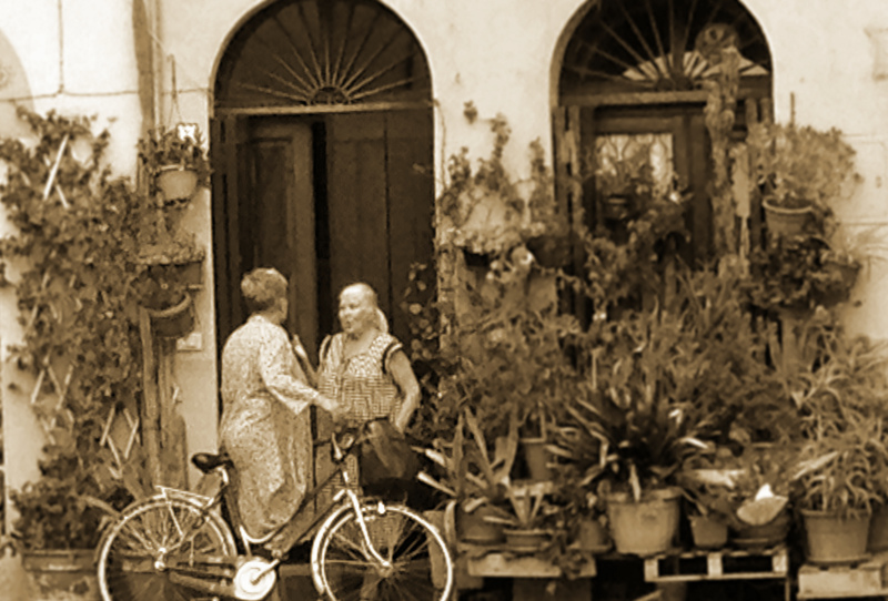 Nonnas exchanging gossip in Lucca