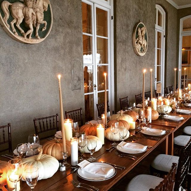 FALLing in love all over again with this simple table of pumpkins and candles.