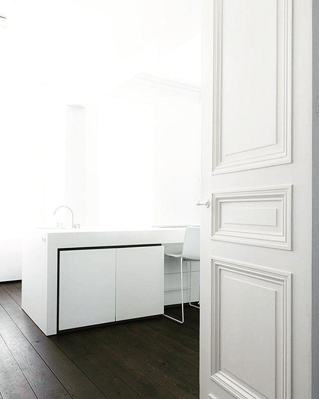 White on white  #modern #design #intererior #inspiration #designinspiration #designstudio #classic #whiteonwhite #minimalist #minimalism #moderndesign #minimaldesign #designdetail #interiordesign #color #texture #mixedmaterial #architecture #interiorarchitecture