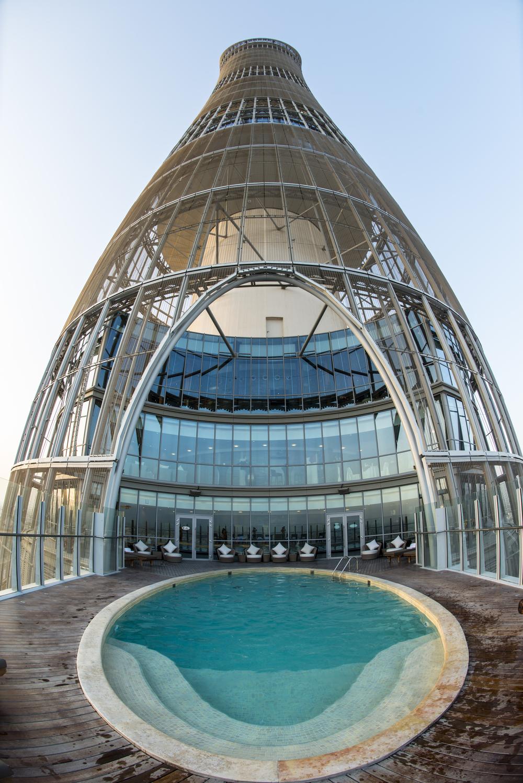 Вид на отель из бассейна на 19 этаже