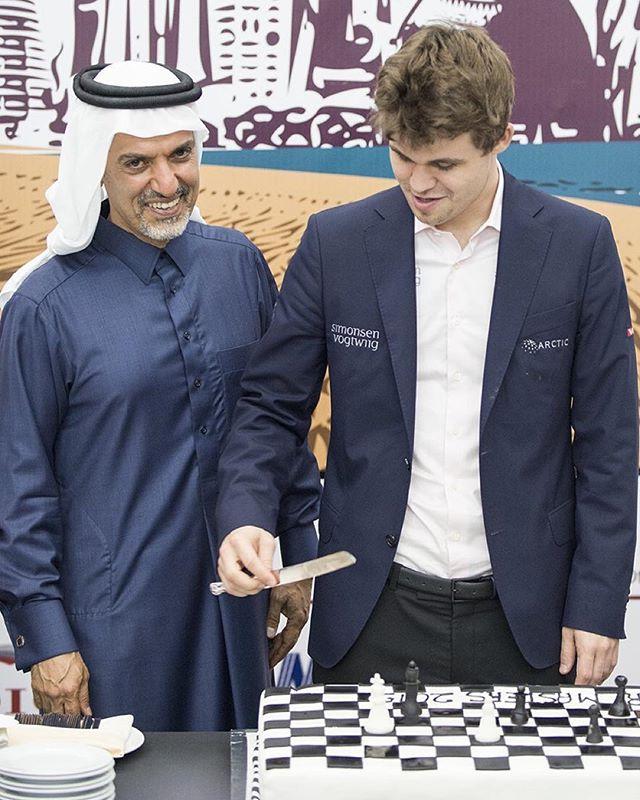 Dr. Nasser Abdulghani Al-Abdulghani invites Carlsen to cut the cake.  Photo: @davidllada #Qatar_Masters