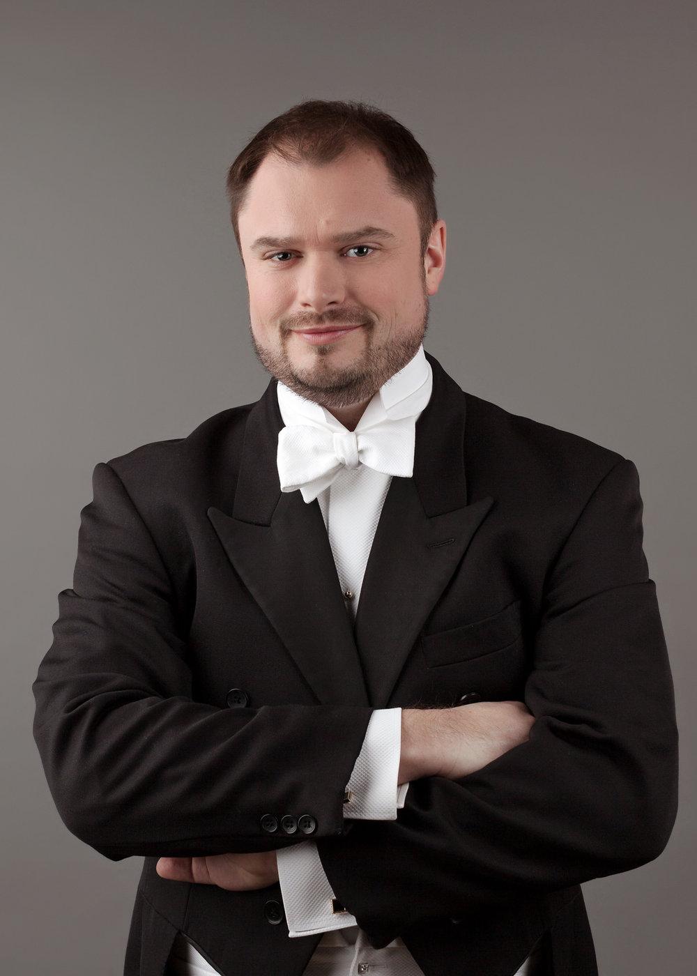 Alexander Edwards headshot opera singer.