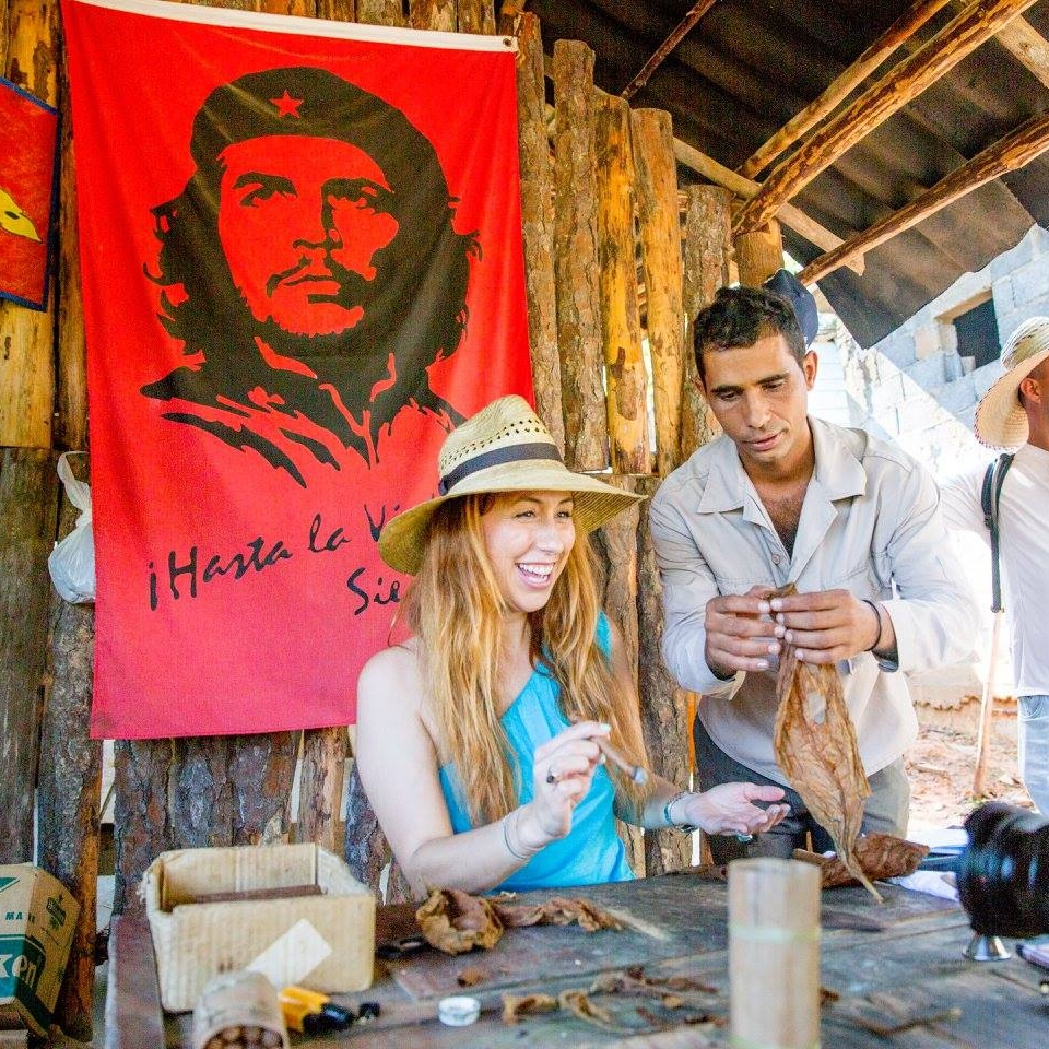 che guevara rolling cigars in cuba trusted travel girl