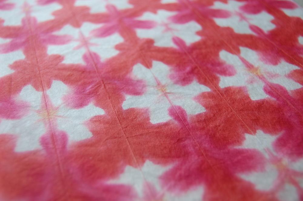 Papier Itajime- washi coloré dont les motifs apparaissent par jeu de pliage entre 2 plaques de bois.