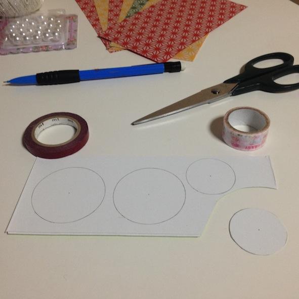 Découper des ronds dans le carton. Il faut 2 cercles pour faire 1 décoration.