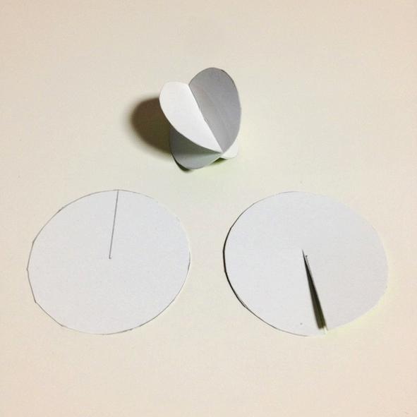 Fendre chaque cercle jusqu'à son centre, et les emboîter. Si les cercles ne se superposent pas, couper un peu plus la fente.
