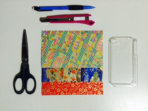 Materiel:coque plastique transparente (adapatée pour votre modèle de portable),papiers japonais,ciseaux, cutter, crayon à papier.