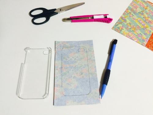Tracer sur le papier les contours de la coque, ainsi que l'ouverture pour la caméra.