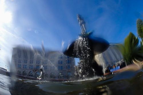 Havis Amandan patsas kuvattuna osittain juuri ja juuri vedenpinnan alapuolelta.