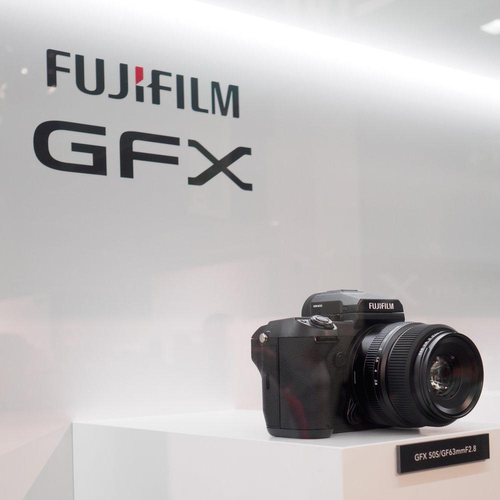 Fuji GFX50S lasin takaa kuvattuna.