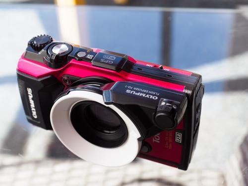 Lähinnä vedenalaiskuvaamisen tarkoitettu salamavalon pehmennin FD-1 soveltuu myös macrokuvaukseen, kun zoom on tele-asennossa.