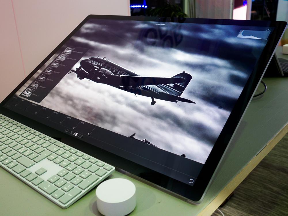 Microsoft Surface Studio ja kiekko. Kuten kuvasta näkyy Studiossa toimii Lightroomin mobiiliversio. Se on tarkoitettu nimenomaan kosketusnäytöllä käytettäväksi, joten on aika luontevaa, että se toimii Surface Studiossakin. Kuvattu Corellian osastolla.