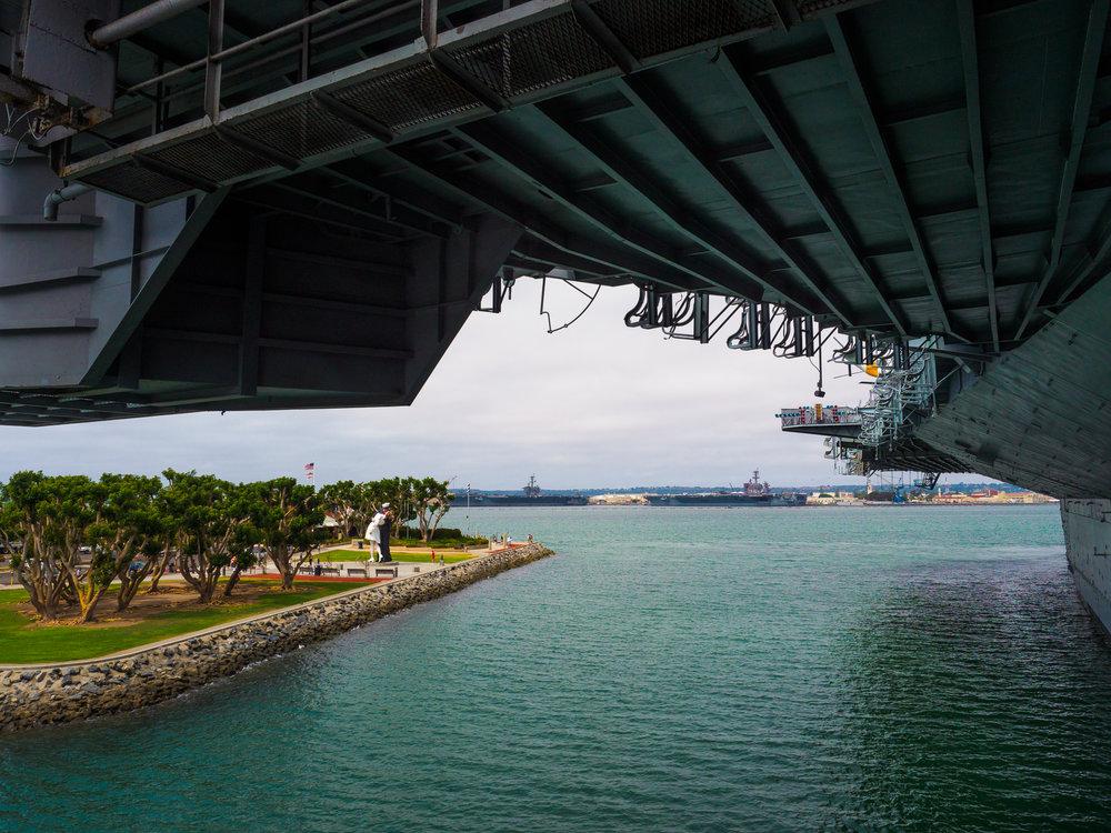 Patsas nähtynä USS Midway:ltä. Taustalla USA:n Tyynenmeren laivaston tukikohta.
