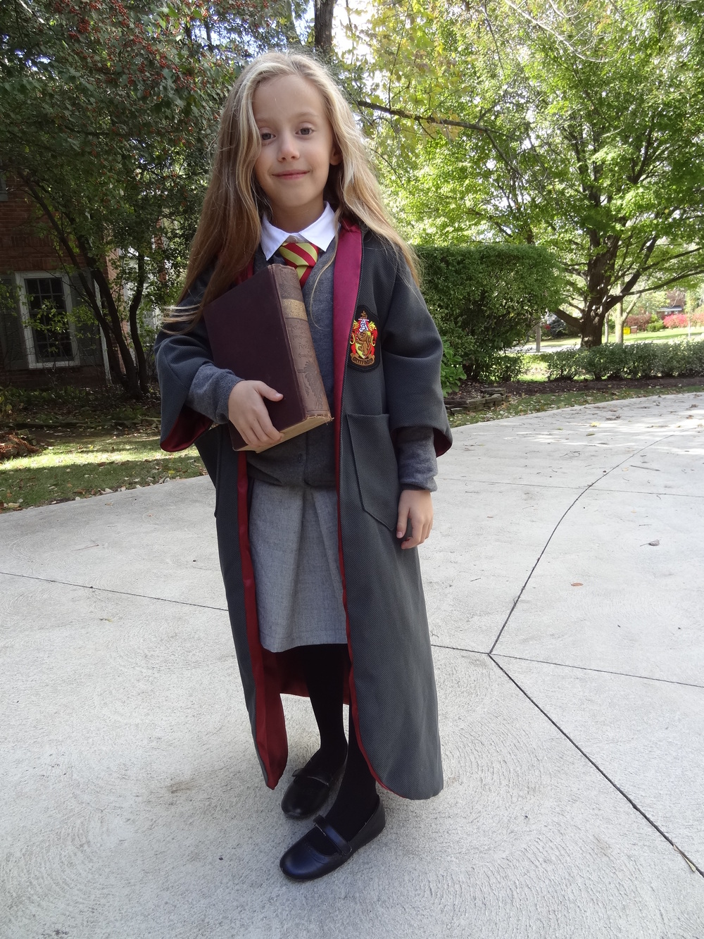 Halloween is nearly upon us and with a second grader fully entrenched in the Harry Potter series, I needed to figure out a Hermione Granger halloween costume ASAP.