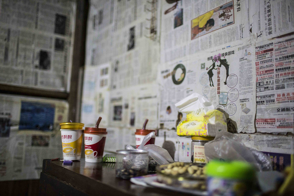 The bedroom is lined with newspapers to keep out dust. Before the children go to bed, they sometimes have instant milk tea with jelly, which is Jinhao's favorite food.