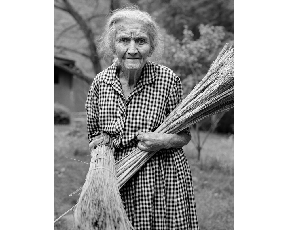 Mabel Cutshall broom straw handmade broom Appalchian photographer Tim Barnwell