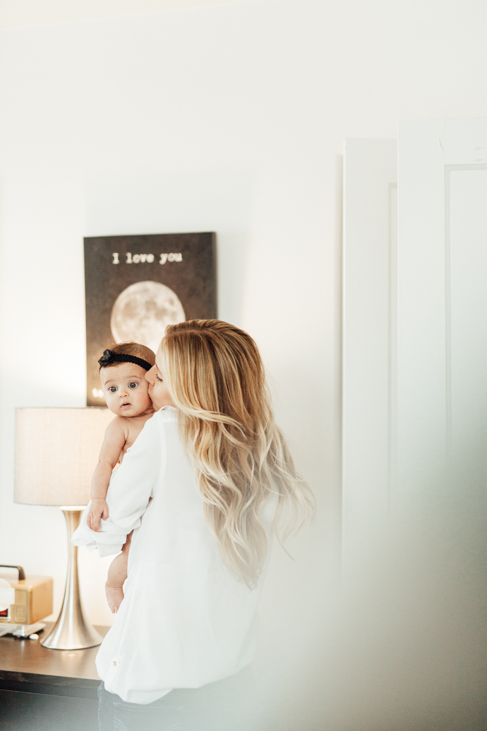 COZY-AND-INTIMATE-PHOTO-OF-MOM-AND-DAUGHTER-IN-THE-HOME-SALT-LAKE-CITY-UT