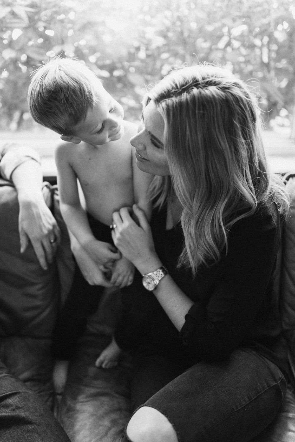 intimate-black-and-white-portrait-of-mom-and-son-san-diego-california
