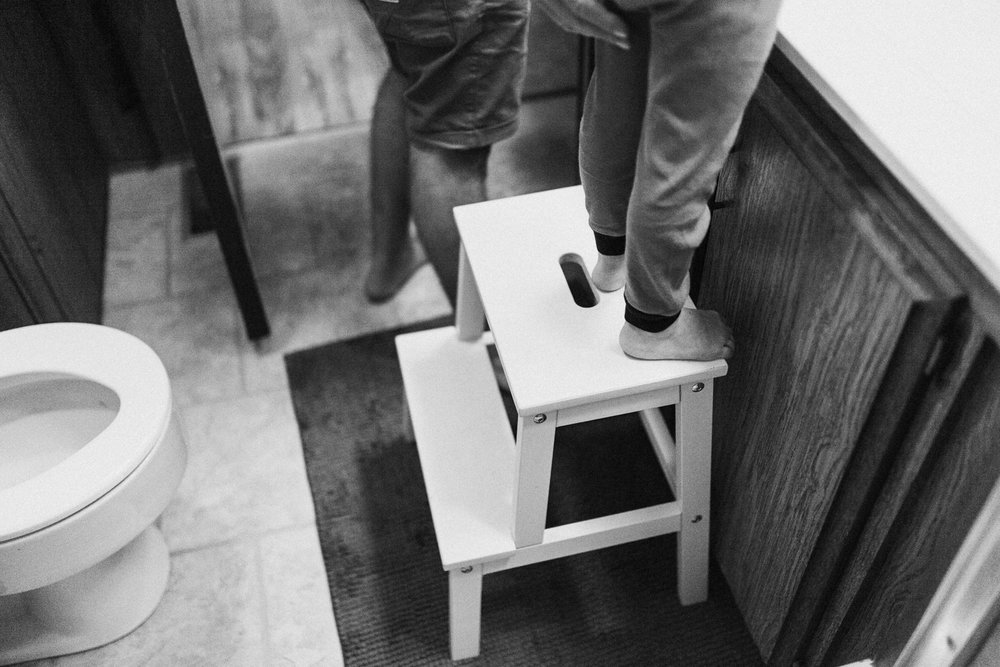 boy-and-dads-feet-in-bathroom-during-documentary-family-session-poway-california