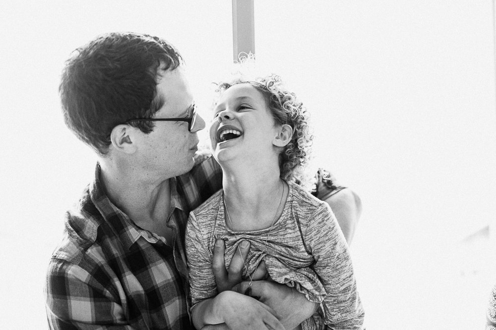 raw-and-intimate-black-and-white-photo-of-dad-and-daughter-at-home-new-york