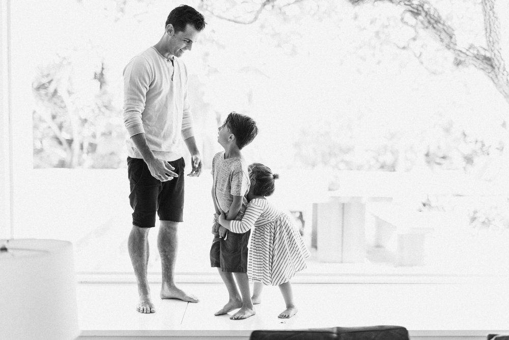 natural-and-artistic-black-and-white-photo-of-dad-and-kids-at-home-family-lifestyle-photography-newport-beach-ca