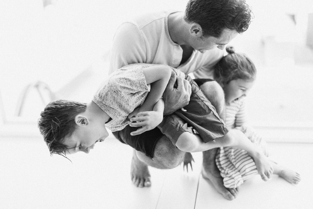 candid-photograph-of-dad-and-kids-in-home-family-lifestyle-shoot-southern-california