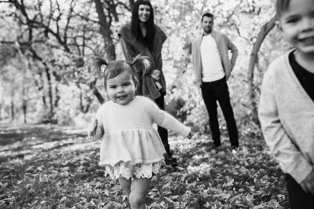 clean-and-natural-black-and-white-photo-of-family-in-fall-leaves-during-mini-photo-session-in-slc-ut