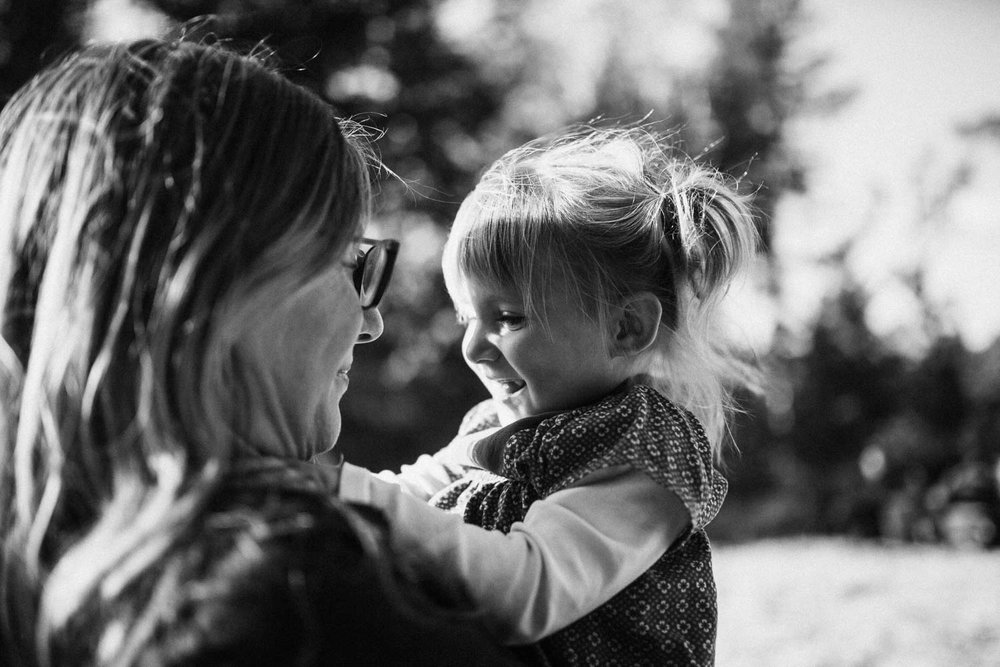 tender-and-intimate-black-and-white-image-of-mother-and-daughter-san-francisco-california