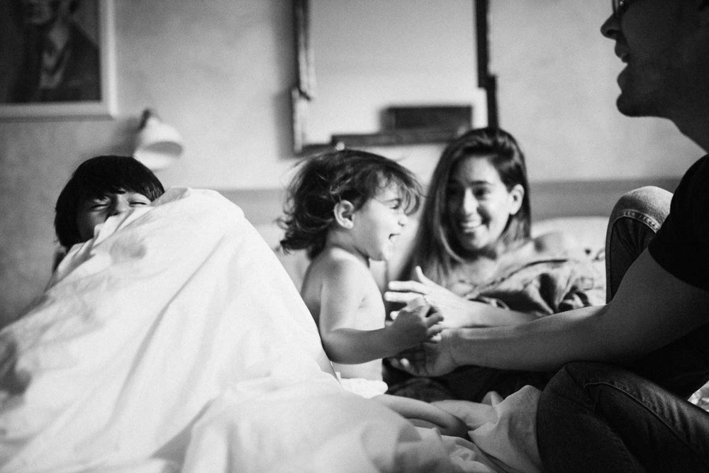 candid-black-and-white-family-photo-in-bed-nyc