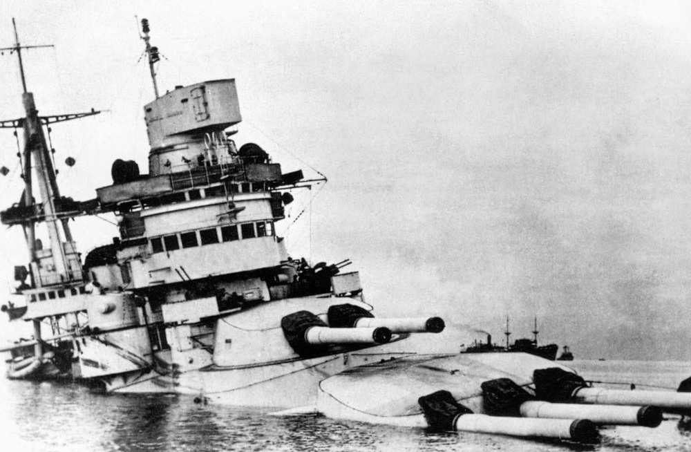 Conte_di_Cavour_sunk_after_Taranto_attack__12_November_1940..jpg