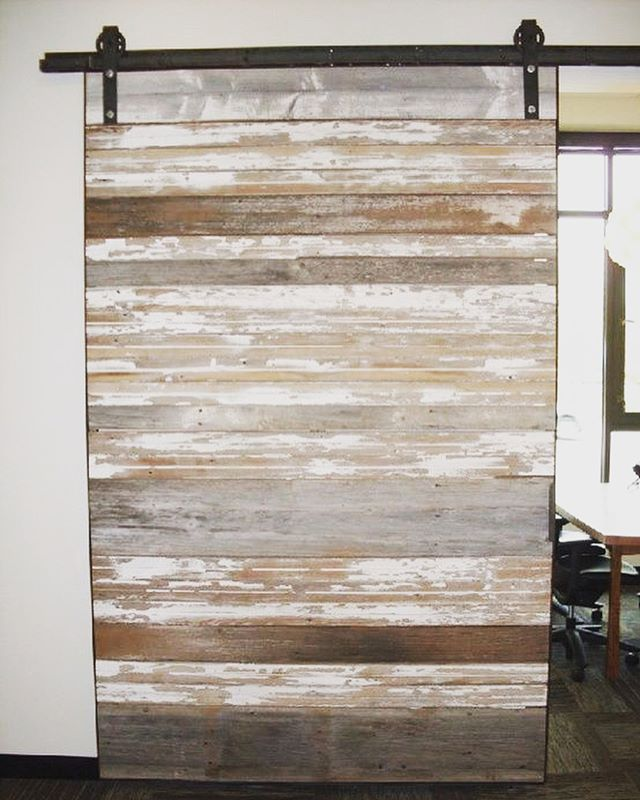 Shut the barn door! . Pallet and old doors are a really beautiful way to add character to your home 🚪👌🏻