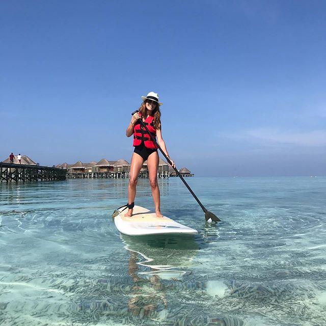 - Prête pour plus d'une heure de stand-up paddle dans cet endroit paradisiaque. Ce sport est un bon moyen d'observer les fonds marins et en même temps ,un bon moyen de travailler les muscles profonds et le sens de l'équilibre . Le port du gilet n'est pas obligatoire mais ici ( a l'étranger ) il y a des règles à respecter . Je vous recommande ce sport , vous travaillerez les jambes et les abdos, sans même vous en rendre compte. #standuppaddle #sport #holidays #fondsmarins🐠 #lovenature #nofilter #familytime 👨👩👧👦.