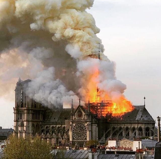 Pas de mots pour décrire ma tristesse ....#notredamedeparis @pompiers_paris 🙏🏻.