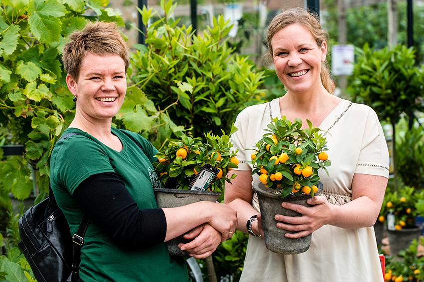 Sissel Fantoft har fått sin egen personal shopper : Hageselskapets gartner Marianne Utengen.