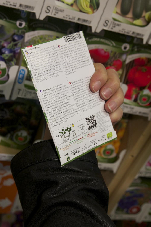 Verdens beste produktbeskrivelse ! Du blir stort sett ikke særlig klokere av å lese bakpå emballasje når du handler til middag. (Glutamat, hva er nå det !) Frøpakninger derimot, der får du akkurat den infoen du trenger: Såtidspunkt, temperatur, høstingstid, om det egner seg til potter, balkong, pallekarm eller friland og til og med forslag til matretter du kan bruke dette i. Les alltid baksiden på frøpakka og arkiver den.