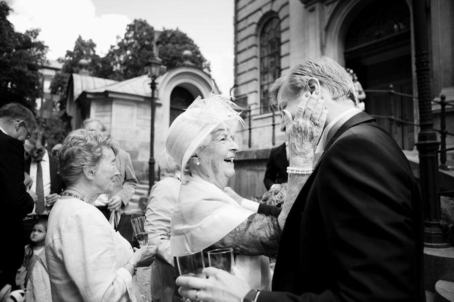 Det känns som att vissa bilder kommer betyda mer om 30 år än andra, en kindklapp, en fin gest och beröring som visar så mycket kärlek. Själv blir jag så varm i hela kroppen av de stunder på bröllop där generationerna möts och högtiden skapar minnen (och bilder) som lever för alltid.