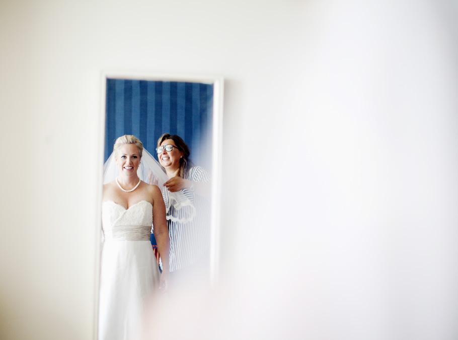 Cathy får hjälp med slöjan på sin bröllopsdag. För henne var det pricken över i:et. Sen åkte vi iväg för att träffa en mycket spänd, glad och nervs brudgum :)  /Jenny