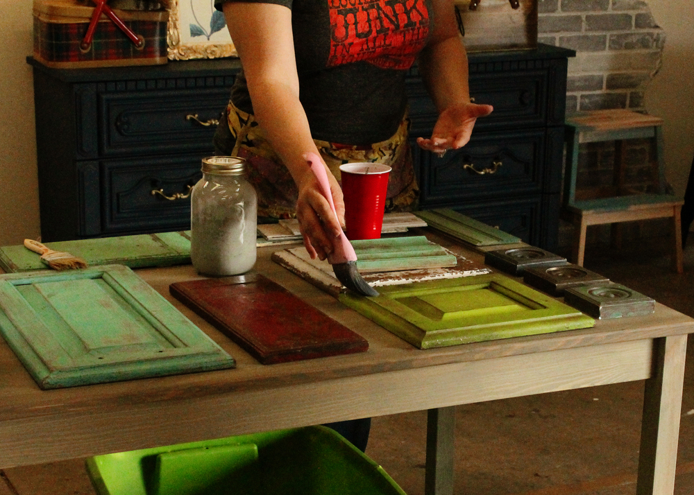 Allison of Refunk My Junk demonstrating painting techniques || MrsRobbinsSparkles.com