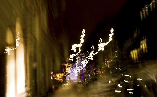 Sanna Suhosen valokuva Annankadulta Helsingistä 27.12.2010.    Ai mistä Annankadulta? Valokuvaa ajatellaan usein todistusvoimaiseksi siivuksi todellisuudesta, joka tallentaa historiaa ja pysäyttää hetken kestämään ikuisuuden. Mitäs jos kuvaakin kaiken nurinkurin. Kuvasta voi hädintuskin tunnistaa mitään, ja se nimetään kuitenkin tarkasti jonkin ajan ja paikan mukaan. Kuva onkin kuin mikä tahansa ei esittävä teos, kaukana perussuomalaisten tilaamasta. Ja jotenkin niin todellinen ja vangitseva. Onko sillä enää todistusvoimaa ollenkaan, ja jos ei niin mitä voimaa jää jäljelle?    Sannan ja muiden opiskelijoidemme opinnäytetyöt ovat esillä 4.5.2011 alkaen Taitokorttelin piharakennuksessa. Sinne sitten.