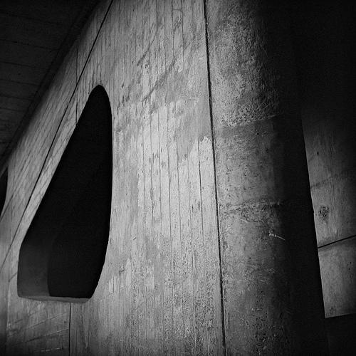 Tsekkailtiin Jaskan Intian retken näyttelykuvia. Aika hienoja tulkintoja Le Corbusierin hallintorakennuksesta.  1950-luvulla pääministeri Jawaharlal Nehrun aloitteesta eurooppalainen arkkitehtiryhmä johtajanaan Le Corbusier suunnitteli Chandighariin, Pohjois-Intiaan uuden asemakaavan.  Moderni Chandighar suunniteltiin esikuvaksi tulevaisuuden Intialle. Kaupunki jaettiin säännöllisiin sektoreihin, joita halkovat leveät kadut. Erilliselle hallintoalueelle rakennettiin modernin arkkitehtuurin henkeen High Court- oikeustalo sekä muut hallintorakennukset.  Näyttely aukeaa ensiviikolla Laternassa - Helsingissä. Lue lisää.