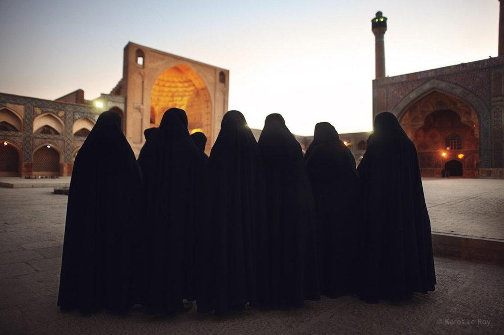 Young students wearing the chador in the Masjid-e Jame in Isfahan  /  Jeunes étudiantes portant le tchador     devant la mosquée Masjed-e Jāme à Isfahan | IRAN