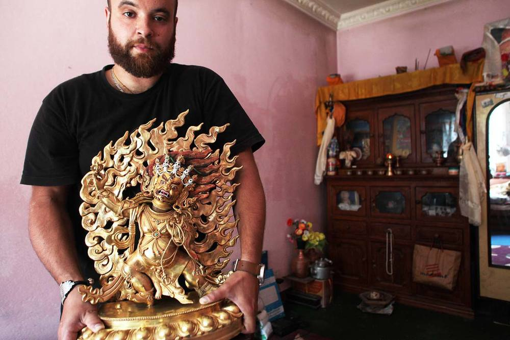 He was offered the statue of Vajrapani' to Bajay's family / On a offert la statue de Vajrapani à la famille de Bajay