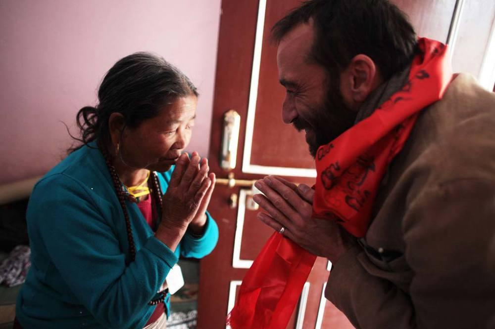 Lanjam Lama greets us (Christophe and me) before leaving Kathmandu and Nepal / Lanjam Lama nous salue (Christophe et moi) avant de quitter Katmandou et le Népal