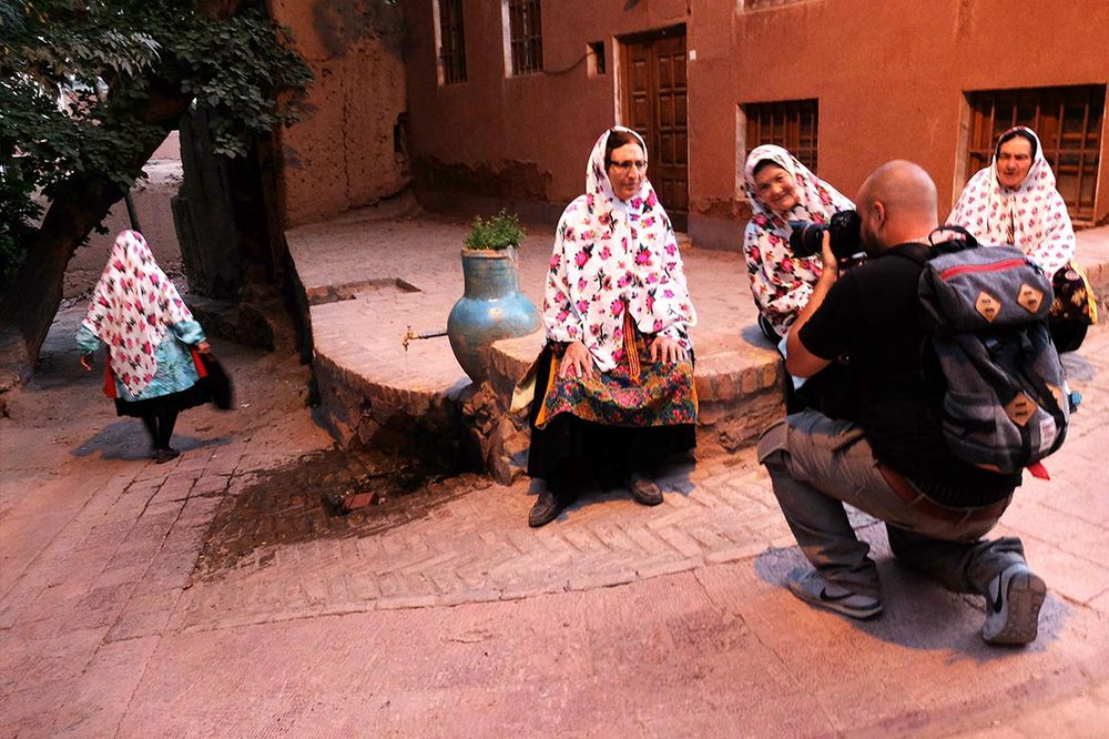 Taking pictures of beautiful and flowered women of Abyaneh (photo by  Charline Gerbault )