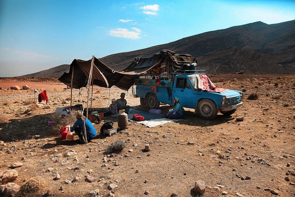 Qashqai family in transhumance. The camels, horses and donkeys are increasingly replaced by four-wheel-drive vehicles or trucks /Famille de Qashqais en pleine transhumance. Les chameaux, les chevaux et les ânes sont de plus en plus remplacés par des véhicules tout terrain ou des camions | IRAN